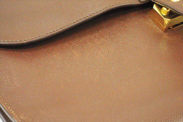 エルメス サックアデペッシュの色修復|<p>写真では分かりにくいですが、フラップのあるバッグは開閉時に爪で引っ搔いてしまいがち。引っ掻き傷から汚れなど染み込みやすくなりますので、早めのメンテナンスでより長くお使い頂けます。</p>